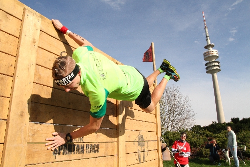 große Holzwand beim Spartan Race in München 2016